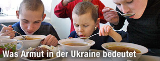 Kinder essen Suppe