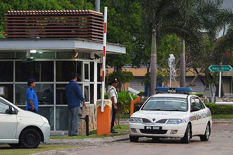 Polizeiauto verlässt das Grundstück von Pilot Zaharie Ahmad Shah