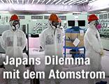 Menschen in Strahlenschutzanzügen im Kernkraftwerk von Fukushima