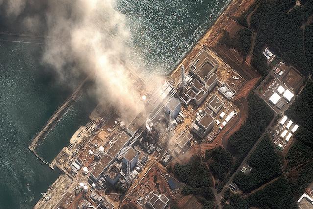 Luftaufnahme von brennendem Reaktorblock in Fukushima
