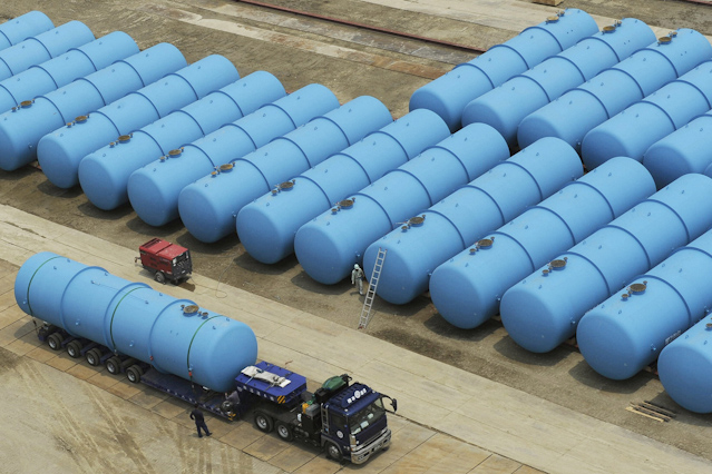 Stahltanks mit verseuchtem Wasser