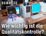 Schüler an einem Computer