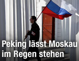 Mann mit russischer Flagge