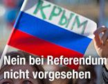 """Auf einer russischen Fahne steht in kyrillischer Schrift das Wort """"Krim"""""""