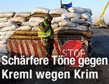 Soldat steht bei einem Stopschild nahe der Grenze zur Halbinsel Krim