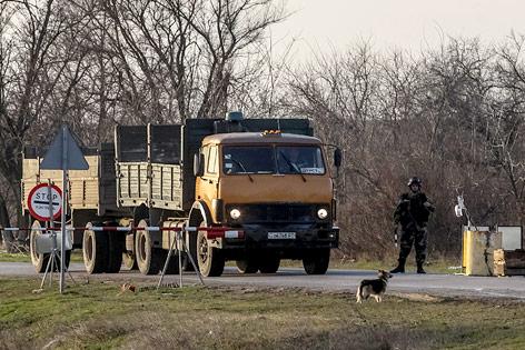 Soldat an Grenzübergang