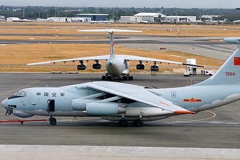 Flugzeuge der chinesischen Luftwaffe auf dem Rollfeld eines Flughafens in Perth