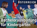 Kindergartenpädagogin mit Kindern