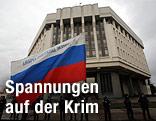 Russische Flagge vor einem Regierungsgebäude in Simferopol