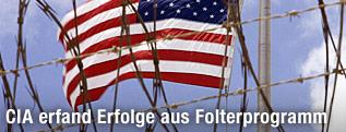 US-Flagge hinter Stacheldracht