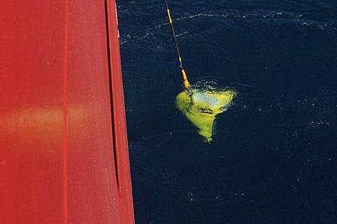 Unterwasserboot zur Suche der Blackbox wird ins Wasser gelassen