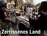 Sicherheitskräfte am Ort einer Bombenexplosion