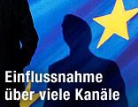 Schatten eines Mannes vor einer EU-Fahne