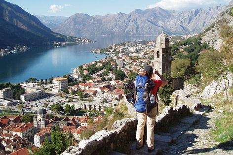 Wanderer fotografiert die Bucht von Kotor (Adria) in Montenegro