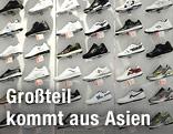 Sneakers in Schuhgeschäft