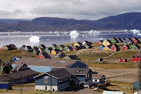 Siedlung und Eisberg in Narsaq, Grönland