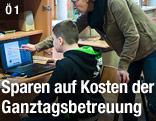 Lehrerin hilft einem Schüler