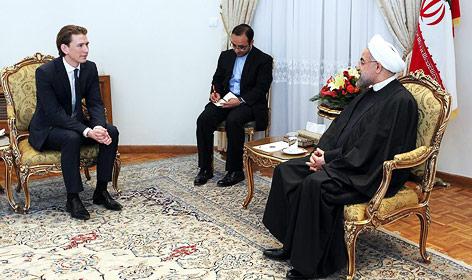 Außenminister Sebastian Kurz unterhält sich mit dem iranischen Präsidenten Hassan Rouhani