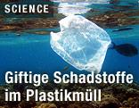 Plastiksackerl schwimmt unter Wasser