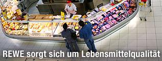 Feinkosttheke in einem Supermarkt
