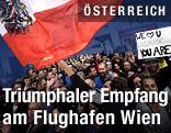 fans wehen die österreichische Fahne im Ankuftsbereich auf dem Wiener Flughafen