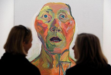 Zwei Besucherinnen betrachten in einer Ausstellung ein Lassnig-Bild