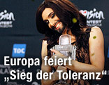 Conchita Wurst mit ihrer Siegestrophäe