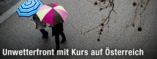 Zwei Menschen mit Regenschirm