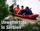 Rettungskräfte mit Rettungsboot