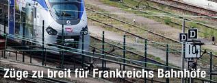 SNCF-Zug fährt in einen Bahnhof ein