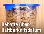 Nudeln in einem Plastikbehälter