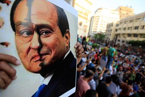 Plakat mit einer Fotomontage aus den gesichtern von Ägyptens ehemaligen Machthaber Hosni Mubarak und dem Militärchef Abdel Fattah al-Sisi