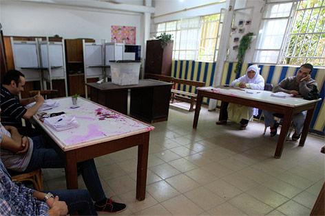 Wahlhelfer in einem Wahllokal in Kairo