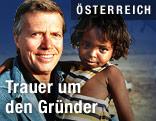 Karlheinz Böhm mit Kind am Arm