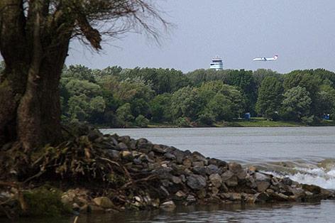 Flugzeug im Landeanflug nahe dem  Nationalpark Donauauen bei Schönau an der Donau