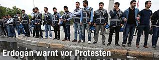Sicherheitskräfte bilden eine Absperrung vor dem Taksim-Platz in Istanbul