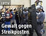 Polizisten schlagen sich mit Streikenden