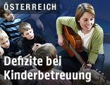 Kinderbetreuerin mit Gitarre