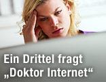 Frau greift sich während der Internetrecherche auf ihre Schlefe