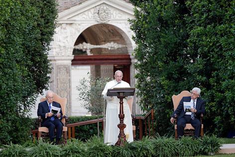 Papst Franziskus mit Israels Präsidenten Schimon Peres und Palästinenser-Präsident Mahmud Abbas im garten des Vatikan