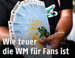 Mann hält WM-Tickets