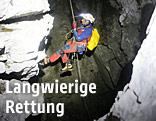 Bergsteiger beim Abseilen in der Höhle