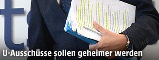 Hand hält Dokumente