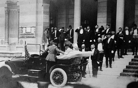 Franz Ferdinand und Sophie Chotek in einer Kutsche in Sarajewo