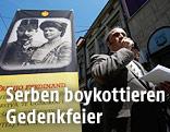 Mitglieder der Monarchie-Delegation bei einem Poster von Franz Ferdinand in Sarajewo