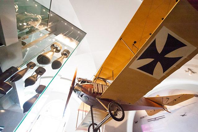 Ausstellungsansicht mit einem Propellerflugzeug