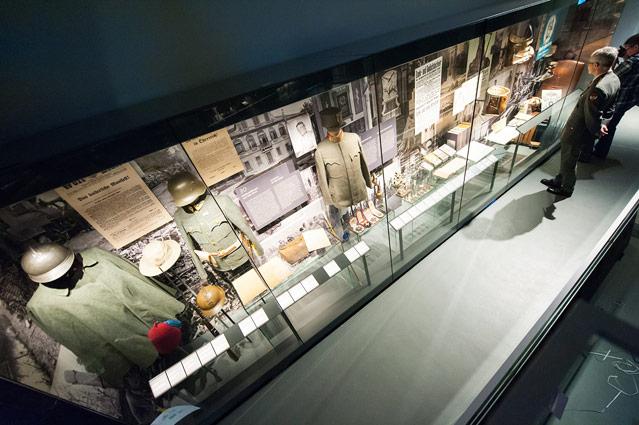 Ausstellungsansicht von Vitrinen mit Uniformen