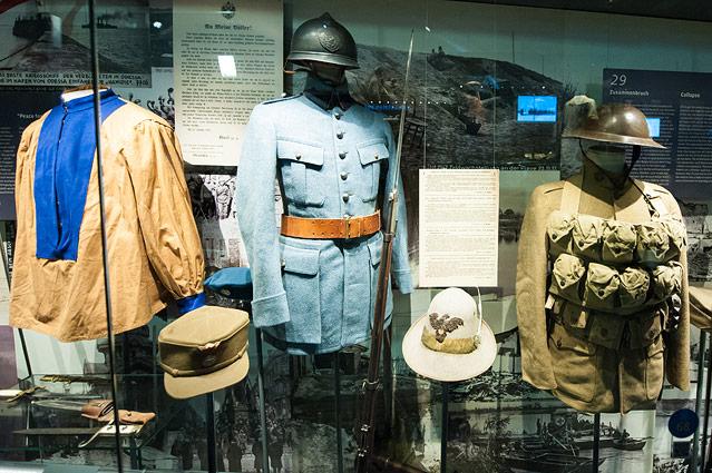 Uniformen ausgestellt in einer Vitrine