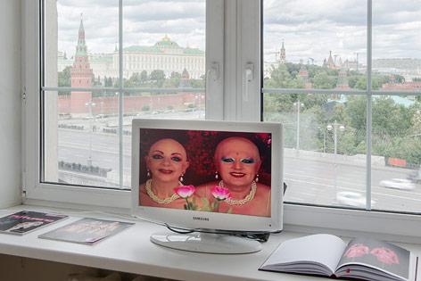 Ausstellungsansicht zeigt Arbeit von Eva und Adele, im Hintergrund der Kreml