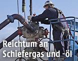 Arbeiter an einer Schiefergasbohranlage
